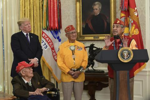 El presidente Donald Trump recibe a los excombatientes navajo de la Segunda Guerra Mundial