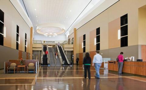 Entrada y recibidor de un nuevo centro comercial en el que las tiendas ocupan un segundo plano.