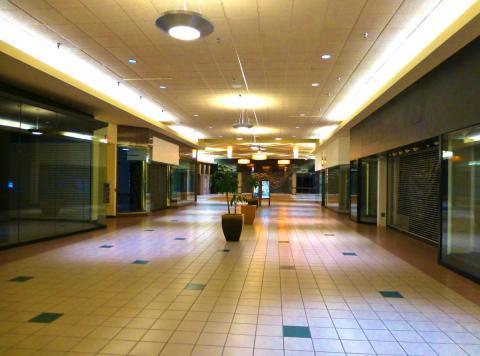 Pasillo vacío en el interior de un centro comercial de Estados Unidos