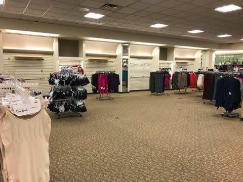 Interior de una tienda Sears en un centro comercial estadounidense