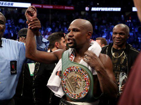 El boxeador Floyd Mayweather tras ganar un combate
