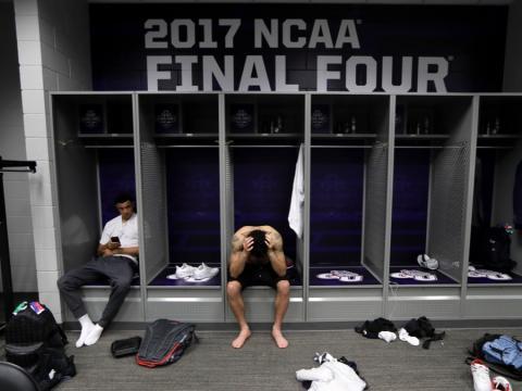 fotos deporte 2017: La agonía de la derrota de Gonzaga, jugador de baloncesto de la NCAA