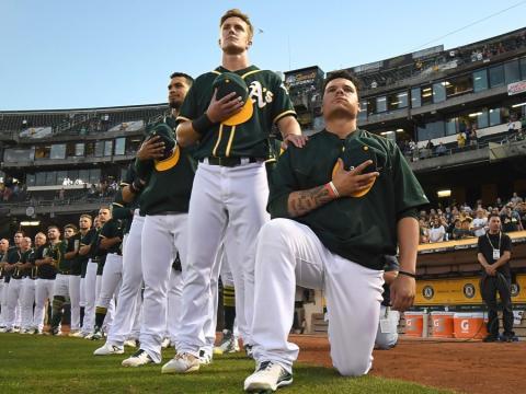 fotos deporte 2017: Bruce Maxwell de los Atléticos de Oakland se convirtió en el primer jugador de la MLB en arrodillarse durante el himno nacional para protestar contra la injusticia social