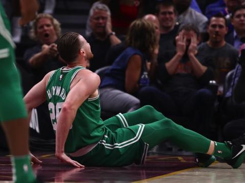 fotos deporte 2017: Gordon Hayward sufrió una horrible lesión en el tobillo en los primeros minutos de la temporada de la NBA