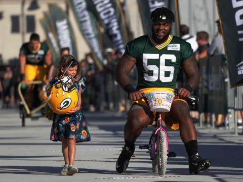 fotos deporte 2017: Los Green Bay Packers llegan al campo de entrenamiento en su ceremonia anual de ciclismo