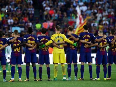 fotos deporte 2017: Los jugadores de Barcelona guardan un minuto de silencio por las víctimas del ataque terrorista en Barcelona en agosto