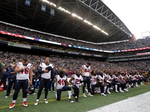 fotos deporte 2017: Los jugadores de Houston Texans se arrodillaron durante el himno nacional tras los controvertidos comentarios del dueño del equipo