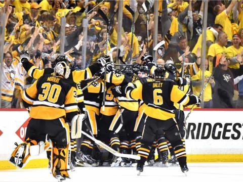 fotos deporte 2017: Los jugadores de los Penguins entran en erupción al avanzar a la Final de la Copa Stanley, que luego ganaron por segundo año consecutivo
