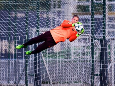 fotos deporte 2017: Marc-Andre Ter Stegen del FC Barcelona levita para atrapar un balón durante un entrenamiento