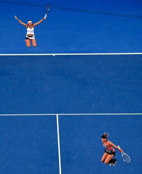 fotos deporte 2017: La pareja de dobles formada por Bethanie Mattek-Sands (EE.UU.) y Lucie Safarova (República Checa) celebran ganar la final en el Abierto de Australia