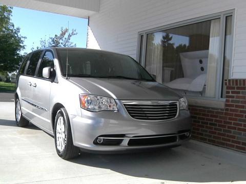 Un coche asiste a un funeral desde el coche en Michigan, Estados Unidos.