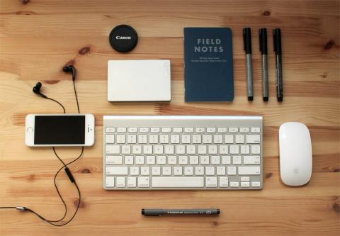 Gadgets tecnológicos sobre un escritorio