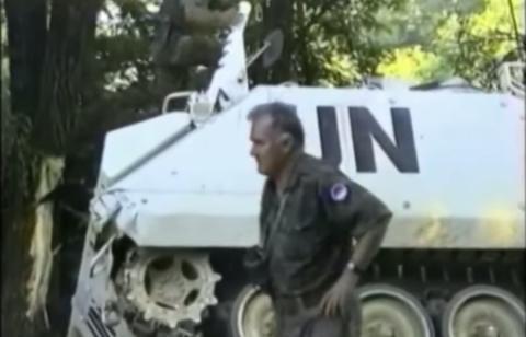El general Ratko Mladic, el 11 de julio de 1995 junto a un carro abandonado de la ONU