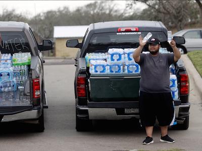 Un hombre distribuye agua tras el huracán Harvey