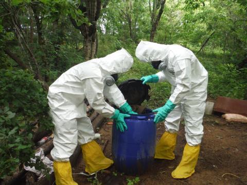 Inspección de un alijo de droga en México
