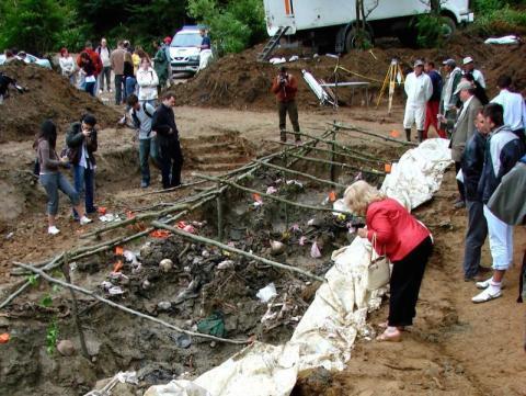 Investigación de una fosa común descubierta en las inmediaciones de Srebrenica