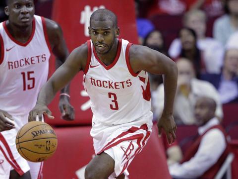 El jugador de baloncesto de la NBA disputa un balón en un partido de Houston Rockets