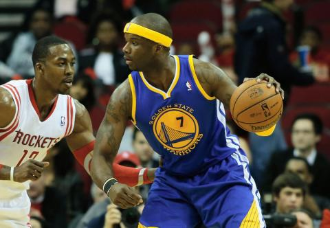 El jugador de baloncesto de la NBA Jermaine O'Neal juega un balón en un partido de Golden State Warriors contra Houston Rockets.
