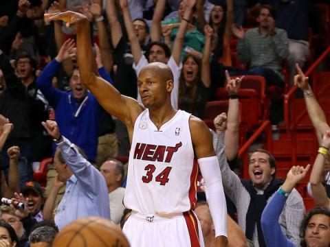 El jugador de baloncesto de la NBA Ray Allen celebra un punto en un partido de Miami Heat.