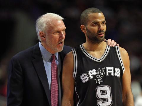 El jugador de baloncesto de la NBA Tony Parker recibe instrucciones en un partido de San Antonio Spurs.