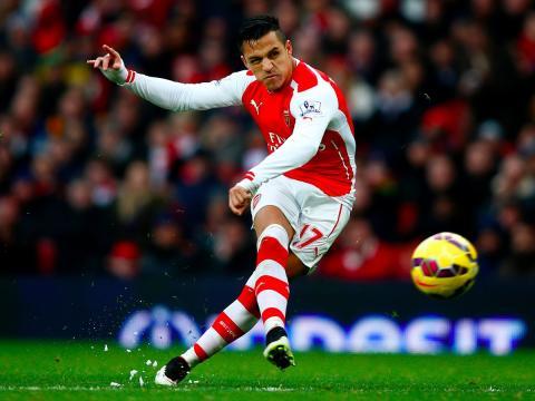 El jugador de fútbol del Arsenal, Alexis Sánchez, realiza un lanzamiento.