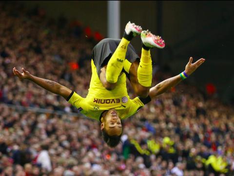El jugador de fútbol Aubameyang, del Borussia Dortmund celebra un gol.