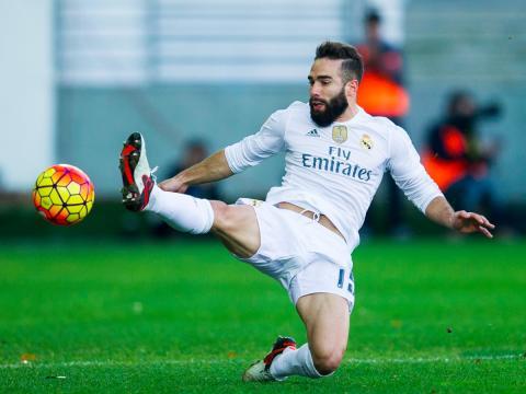 El jugador de fútbol Dani Carvajal, del Real Madrid, realiza una intervención.