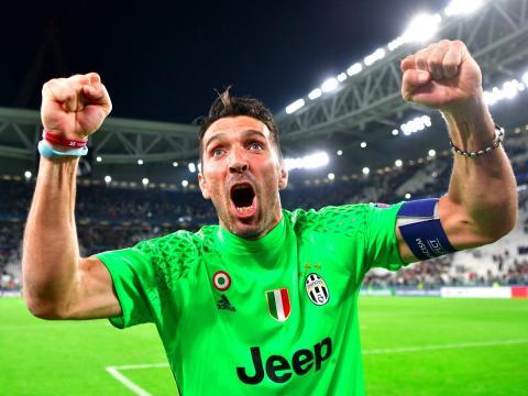 El jugador de fútbol Gianluigi Buffon de la Juventus celebra una victoria.