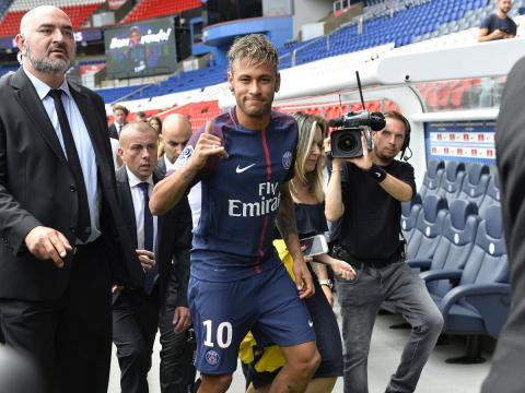 El jugador de fútbol Neymar es presentado con el PSG tras su traspaso desde el FC Barcelona.