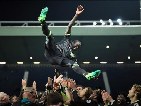 El jugador de fútbol Ngolo Kanté es manteado por sus compañeros del Chelsea tras ganar la Premier League 2017.