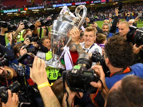 El jugador de fútbol del Real Madrid Toni Kroos se abre paso entre los fotógrafos con la Champions League 2017.