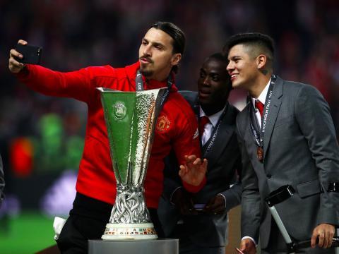 El jugador de fútbol Zlatan Ibrahimovic se hace un selfie antes de disputar la final de la UEFA Europa League 2017 con el Manchester United.