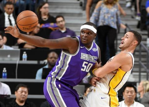 Jugador de la NBA Zach Randolph disputa un balón durante un partido de San Antonio Spurs.