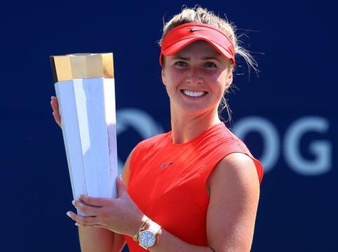La jugadora de tenis Elina Svitolina sostiene el trofeo de la Copa Rogers mientras luce su reloj.