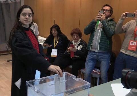 Una joven de Sant Cugat del Vallés, Laura Sancho, ha ejercido el derecho a voto en lugar del expresidente Carles Puigdemont, fugado en Bélgica.