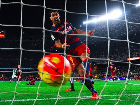 Luis Suárez, jugador de fútbol del FC Barcelona, celebra un gol.