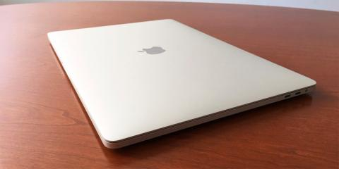 MacBook Pro encima de la mesa