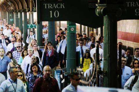 Muchos viajeros salen de una estación de tren