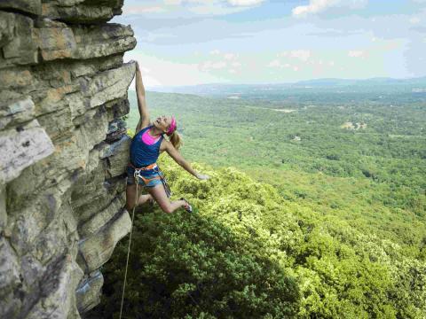 Mujer escalando escalada