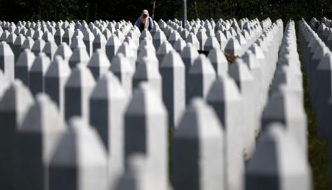 Una mujer entre las lápidas de víctimas de Srebrenica