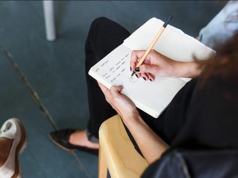 Una mujer toma notas en su cuaderno
