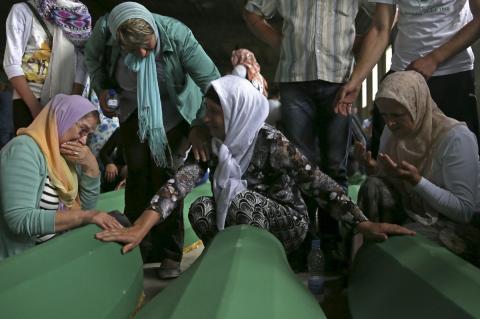 Mujeres musulmanas lloran a familiares identificados entre las víctimas de Srebrenica
