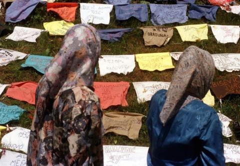 Mujeres refugiadas buscan a familiares tras la matanza de Srebrenica