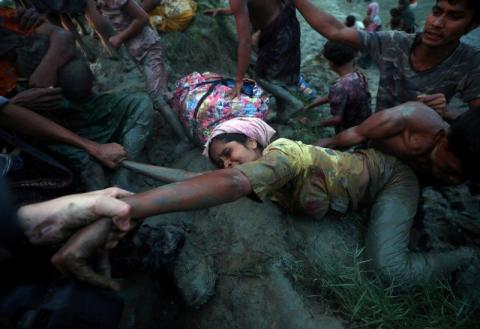 Una niña refugiada rohingya durante el cruce de la frontera de Myanmar a Bangladesh