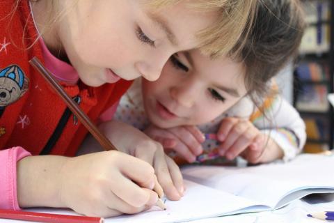 ninas escribiendo carta reyes magos