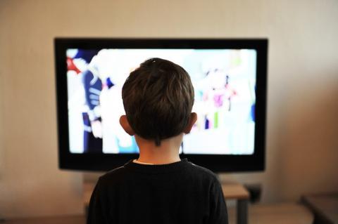 Un niño viendo la tele.