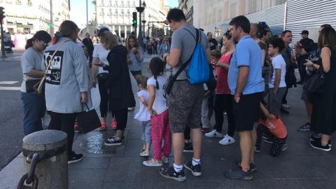 Turistas esperando a hacerse una foto en el km 0 de la Puerta del Sol