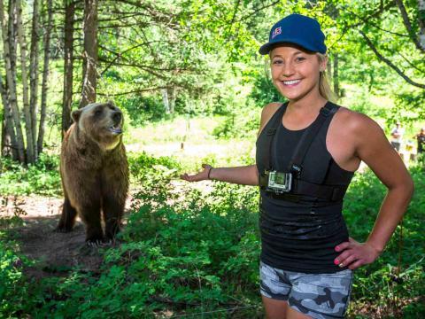 Participante en el campamento de Red Bull con un oso