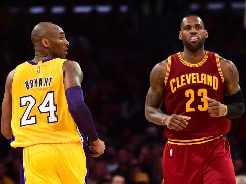 Partido de la NBA en el que vemos a Lebron James y Kobe Bryant