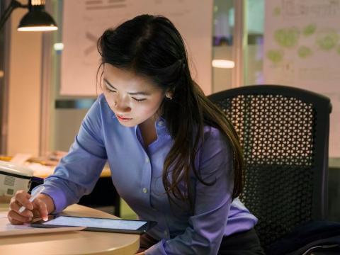Una persona sentada en la oficina mientras trabaja
